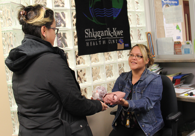 Shkagamik-Kwe Health Centre staff Pamela Manitowabi hands out fresh moose meat to a client looking for a healthy choice.    – Photo by Perry McLeod-Shabogesic