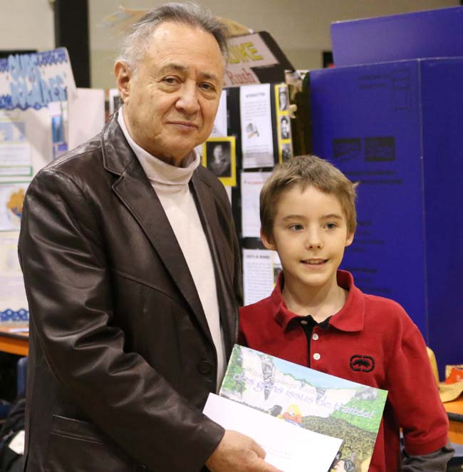 Maurice Switzer presents the Anishinabek Nation Award to Dominique Desruisseaux for his project 'Les Wendat'.